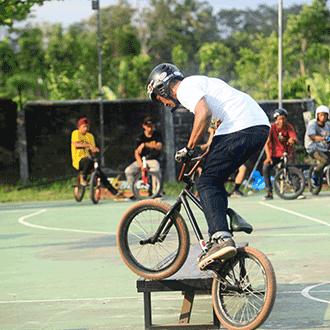 Pakai Helm Saat Perform BMX Freestyle Itu Keren!
